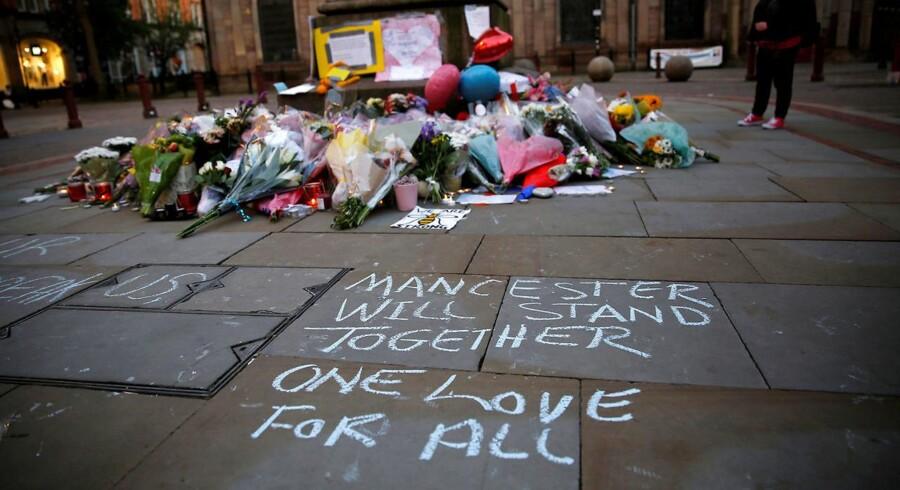 »Det er så trist, men jeg er stolt over at være her og at være en del af Manchesters fællesskab, som vi viser det her. Jeg kender ikke nogen, der var til koncerten. Men jeg er en mor, og det gør det meget nærværende for mig,« siger 42-årige Amanda Lee, som sammen med sin 22-årige datter stod grædende i en tæt omfavnelse længe efter at mindehøjtideligheden var forbi.
