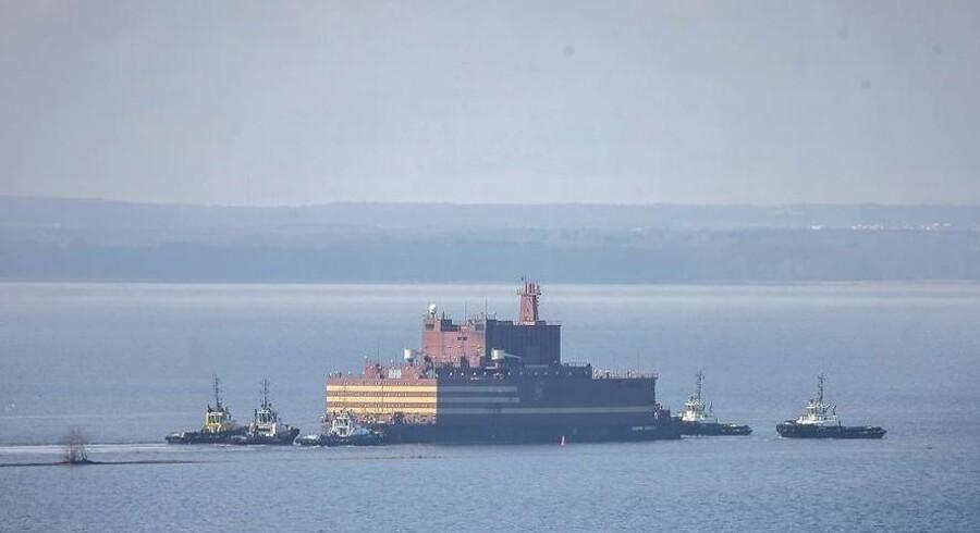 Verdens første flydende atomkraftværk er her fotograferet kort efter afsejlingen i lørdags fra Sankt Petersborg.