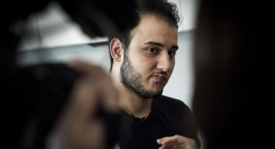 Ali Parnian i sin lejlighed i København. Ali Parenian ejer bageriet Kaj i Tingbjerg, som netop blevet smadret, fordi Ali Parenian nægter at betale beskyttelsespenge.