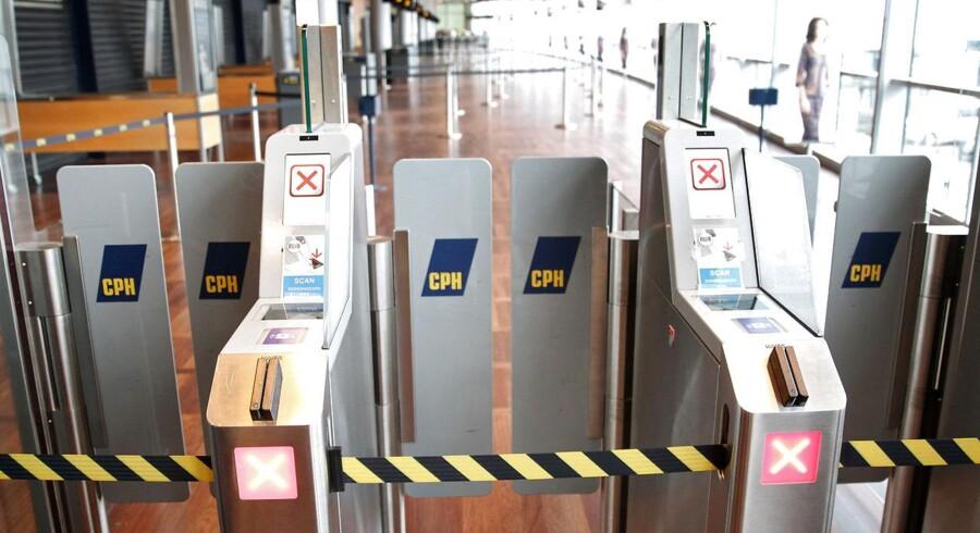 Ingen rejsende kommer mandag morgen d. 2. september 2013 igennem sikkerhedstjekket i Kastrup Lufthavn. Personalet i sikkerhedskontrollen har nedlagt arbejdet, og køerne vokser efterhånden som de rejsende ankommer til lufthavnen. (Foto: Erik Refner/Scanpix 2013)