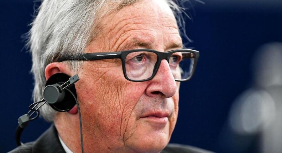Medlemmerne i eurozonen bør afskrive græsk gæld, siger Jean-Claude Juncker under besøg i Athen. EPA/PATRICK SEEGER