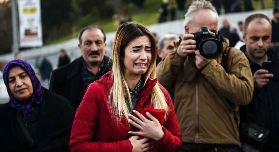 En tyrkisk kvinde græder uden for Vodafone Arena i Istanbul 11. december.