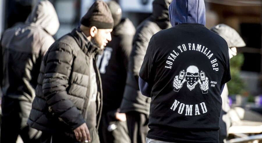 Medlemmer af gruppen Loyal To Familia (LTF) er mødt op foran Københavns Byret på Nytorv, hvor der mandag den 9. oktober, faldt dom i sagen mod LTF-lederen Shuaib Khan, hvor den 30-årige pakistaner, der står i spidsen for grupperingen Loyal To Familia (LTF), er tiltalt for trusler mod en betjent.. (Foto: Scanpix Danmark STF/Scanpix 2017)