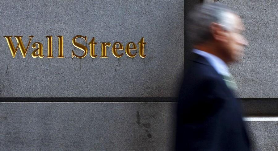 RB Plus. Rentestigning i USA varsler bedre tider. For første gang siden finanskrisen hæver den amerikanske centralbank renten. Det ses af mange som det endegyldige tegn på, at finanskrisen er officielt afblæst. A man walks along Wall Street in New York, in this September 18, 2008 file photo. To match Special Report USA-BUYBACKS/PAY REUTERS/Eric Thayer/Files