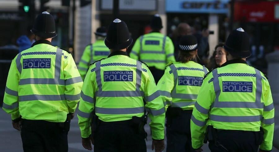 Britisk indenrigsminister antyder, at efterretningstjenester kendte bombemand fra Manchester i forvejen.