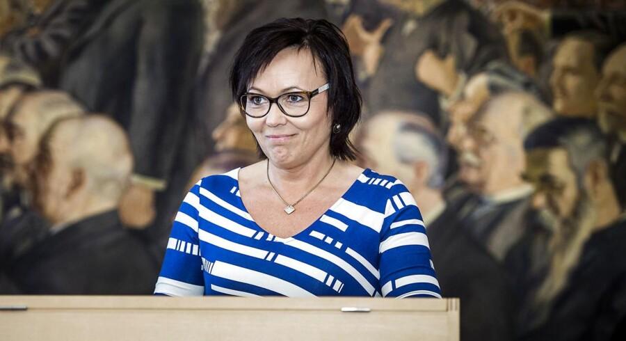 Susanne Eilersen fra Dansk Folkeparti skriver under på Grundloven i forbindelse med valget til Folketinget.