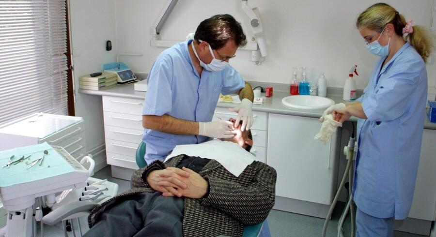 Et politisk flertal vil have undersøgt om en tandlægekæde bryder reglerne.