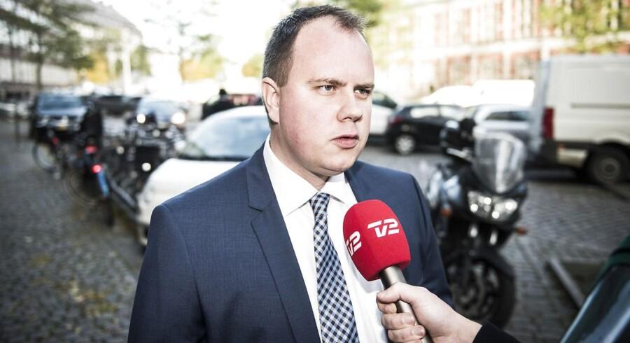 »Det sender et meget, meget kedeligt politisk signal, og rent praktisk kan vi meget vel risikere at gøre det vanskeligere at udsende folk, fordi vi mangler politifolk,« siger Martin Henriksen (DF).
