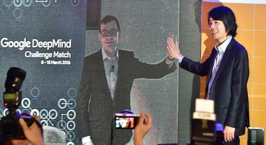 Lee Sedol (til højre) hilser på Demis Hassabis, chefudvikleren bag programmet AlphaGo.