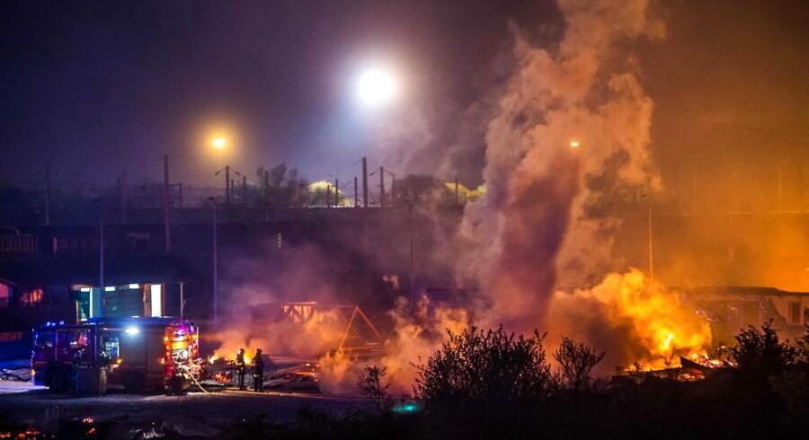 Brandmænd arbejder i Grande-Synthe-migrant-lejren i nat.