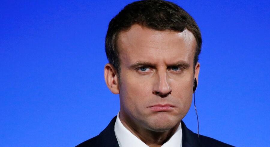 Det kan godt være, at Emmanuel Macron klarer sig godt internationalt, som her i forbindelse med et fransk-tysk topmøde, men på hjemmebane begynder begestringen for den nye præsident fortage sig. REUTERS/Gonzalo Fuentes/File Photo