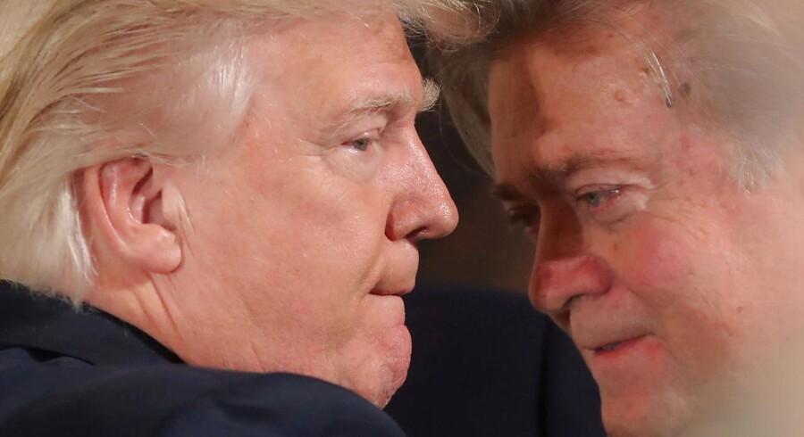 Steve Bannon er en ven og ikke en racist, fortalte Donald Trump tirsdag pressen i Trump Tower. Præsidenten tilføjede, at »vi får se, hvad der sker med Hr. Bannon«. Og det fik vi så at se forleden.