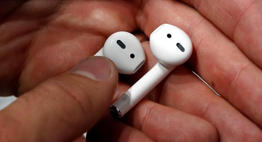 Disse tingester er Apples trådløse ørepropper, AirPods, som lige er kommet i handelen, men som har udsigt til at gøre livet besværligt, når de skal genbruges, selv om Apple har slået sig op på at være miljørigtig og grøn. Arkivfoto: Beck Diefenbach, Reuters/Scanpix