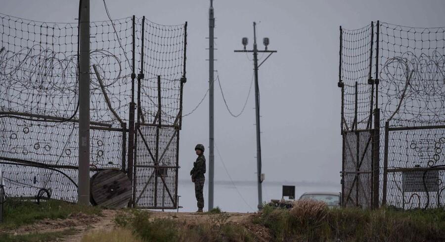 Sydkorea meddeler at de har affyret varselsskyd mod et flyvende objekt, der kom flyvende hen over den Demilitariserede Zone (DMZ) mellem Nordkorea og Sydkorea. Her ses en vagt ved Zonen.