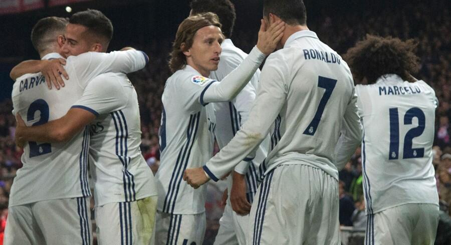 Cristiano Ronaldo (7) tiljubles af holdkammeraterne efter sin scoring til 1-0 mod Atlético Madrid. Scanpix/Curto De La Torre