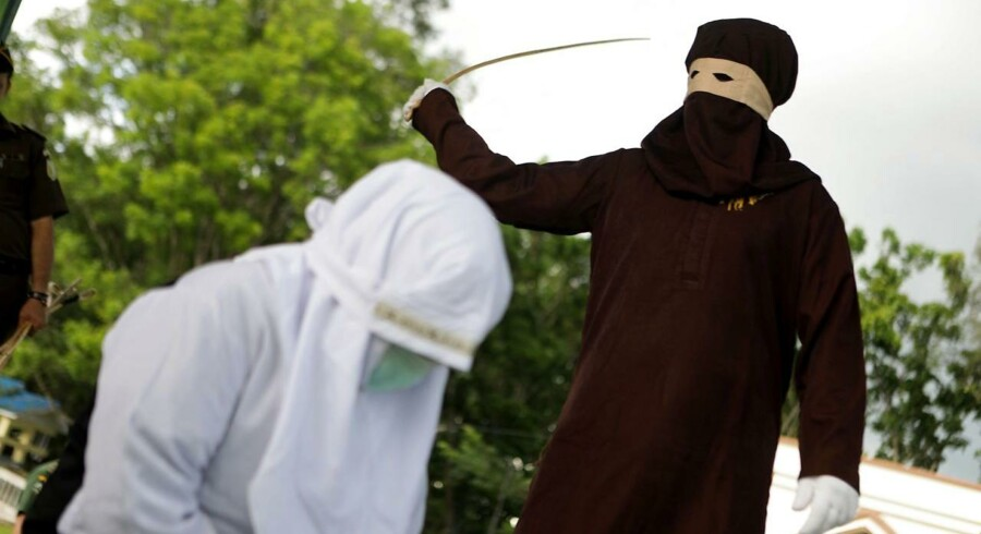 En offentlig afstraffelse i Aceh-provinsen, et område i det muslimske Indonesien, hvor sharia praktiseres.