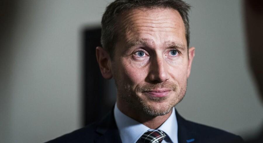 Finansminister Kristian Jensen (V) beder Folketingets formand, Pia Kjærsgaard (DF), om at udskyde tredjebehandlingen af finansloven.