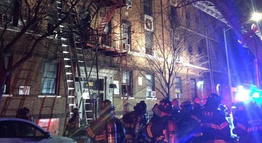 Brandvæsnet er massivt til stede i Bronx, New York City, hvor en brand er brudt ud i en ejendom. Reuters/Handout