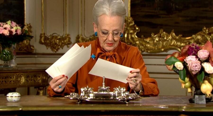 Dronningen koncentrerer sig om sine talekort. Foto: PR