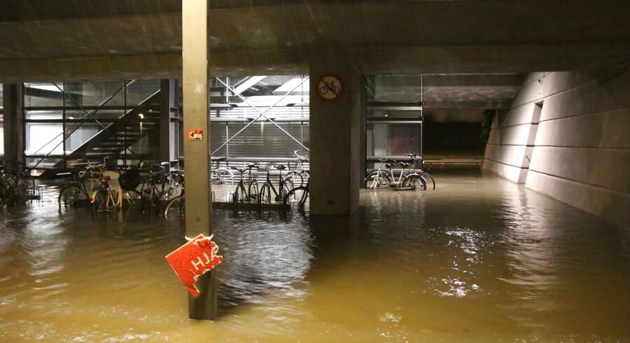 Natten til søndag d.27.12 2015 regnede det kraftigt i flere dele af Danmark. Sundby Metrostation fik store mængder regn, billedet viser stationen ud mod Ørestads Boulevard ccc