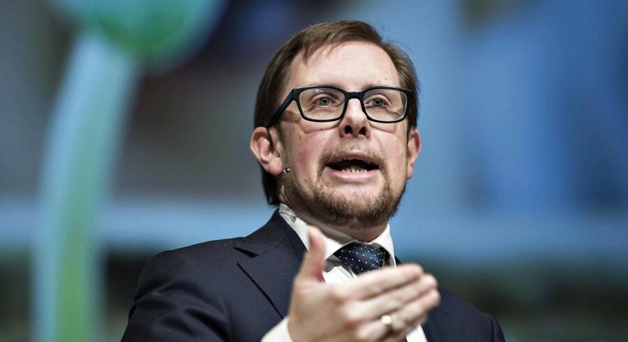 Flere partier kritiserer, at der ikke er skabt klarere regler for de såkaldte pengeklubber, der donerer bidrag igen ved dette kommunalvalg. Økonomi- og indenrigsminister Simon Emil Ammitzbøll påpeger, at han har indført »den mest åbne partistøtteordning i Danmarkshistorien«.