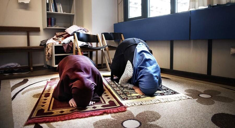 Noor Alhoda og Hager Al Fortoussi studerer medicin på Panum institut/Københavns universitet. Panum er en af de få uddannelser i Danmark, hvor de studerende har mulighed for at benytte sig af et Andagtsrum. Et rum, hvor man kan bede, finde ro, meditere. Noor og Hager bruger andagtsrummet til at bede, når de har pause.