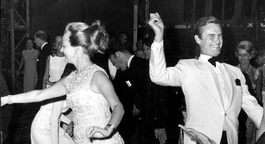 1969 - Prinsesse Margrethe og prins Henrik danser lancier til en fest på Rydhave hos det amerikanske ambassadørpar i Danmark.