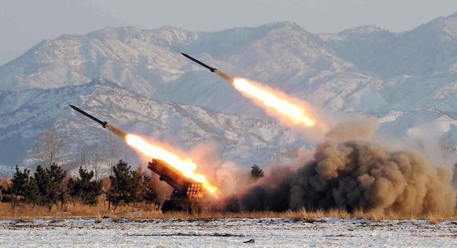 Nordkorea har i sit våbenarsenal blandt andet kortrækkende missiler som disse, men det er de langtrækkende missiler, som USA primært er interesserede i at få skrottet, fordi de kan nå selve USA. Foto: AFP / Ritzau Scanpix