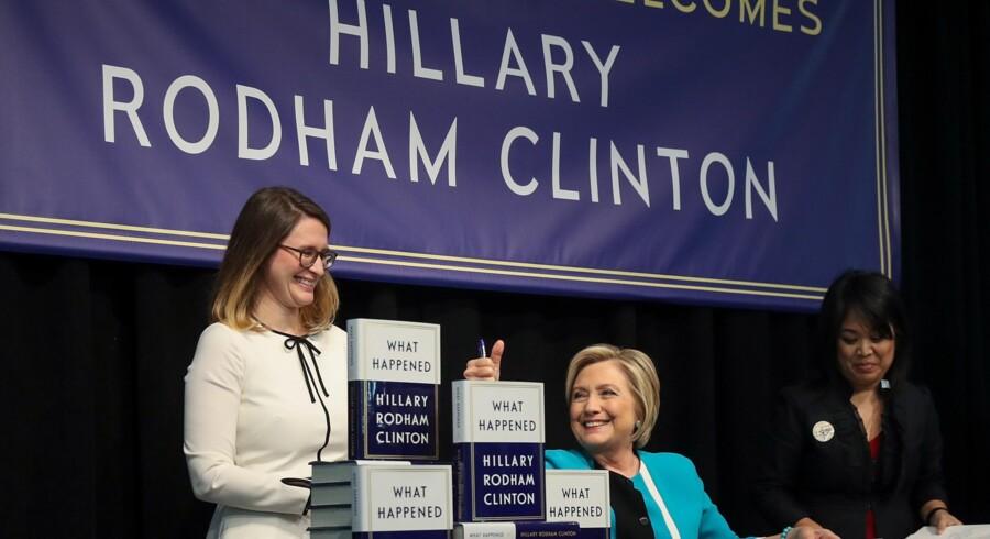 Hillary Clinton signerer bøger i boghandlen Barnes & Noble i New York tirsdag. Bogen, der har titlen What Happened og giver Clintons syn på valgkampen i 2016, er strøget til tops på Amazons bestsellerliste. Scanpix/Drew Angerer