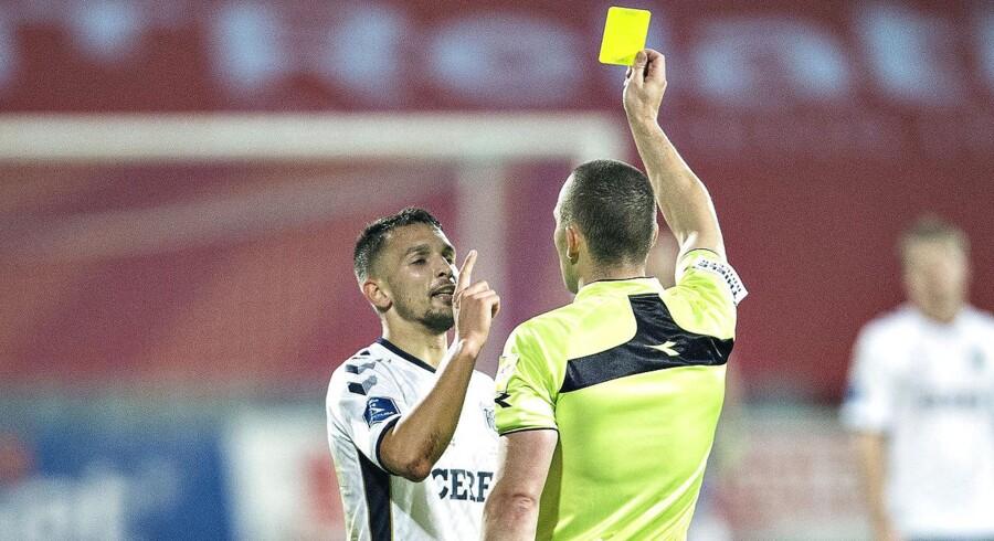 AGFs Dino Mikanovic får gult kort kort før pausen af dommer Mads-Kristoffer Kristoffersen.