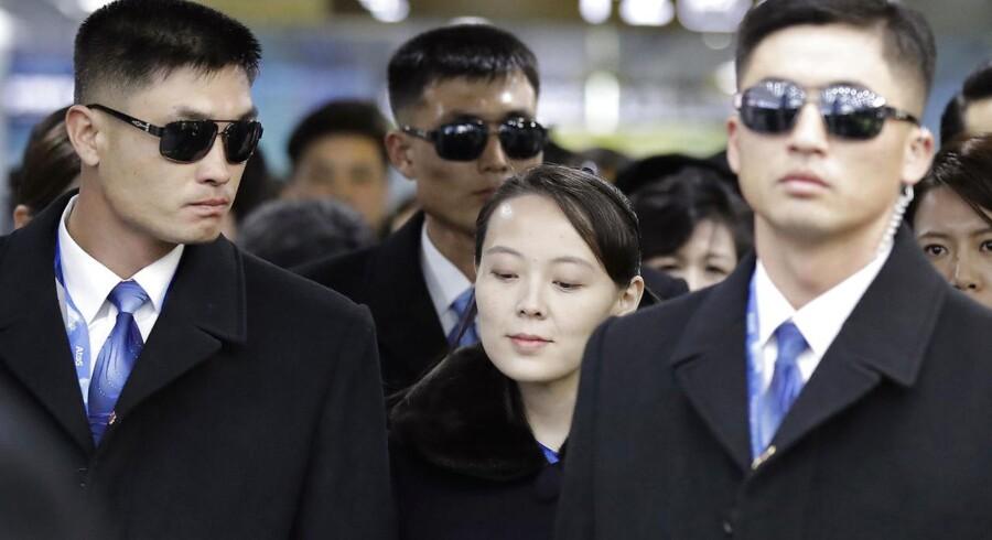 Sydkoreas præsident har trykket hænder med den officielle leder af Nordkoreas delegation til OL.