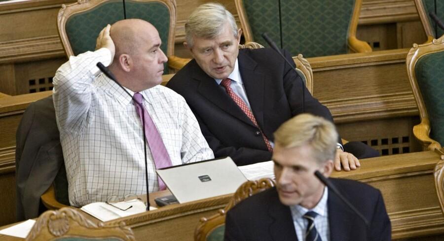 ARKIVFOTO: Folketingets åbningsdebat i 2006. Søren Espersen og Søren Krarup fra Dansk Folkeparti i samtale. Foran ses Kristian Thulesen Dahl.