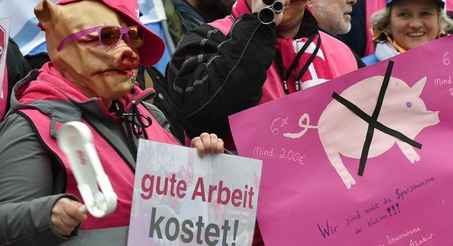 Fagforeningsmedlemmer i Tyskland har både protesteret og strejket for bedre lønvilkår. Nu er regeringen og fagforeningerne blevet enige om ny aftale, der hæver lønningerne til offentligt ansatte for i alt ti mia. euro i de kommende tre år.