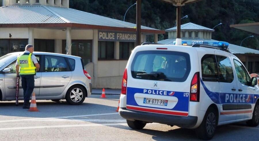 Fransk politi undersøger her køretøjer fra Spanien ved grænseovergangen nær Perthus i det sydlige Frankrig.