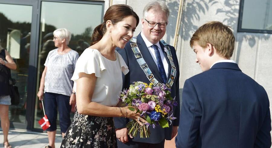Arkivfoto: Kronprinsesse Mary ankommer til åbningen Aabybro skole sammen med borgmester for Jammerbugt kommune Mogens Gade.