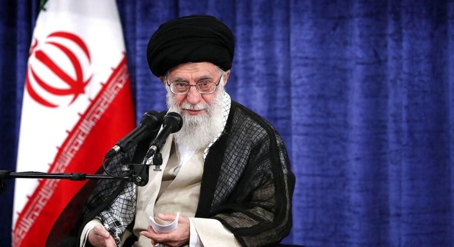 Irans øverste leder, ayatollah Khameini, taler til en række embedsmænd i Iran. Foto: AFP