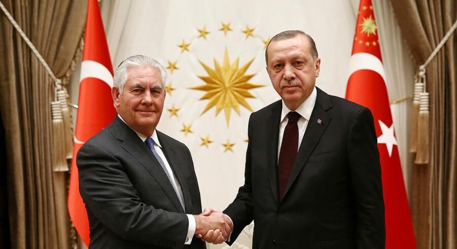 """Torsdag aften mødtes Rex Tillerson også med den tyrkiske præsident, Recep Tayyip Erdogan, og havde ifølge en talsmand, der rejser sammen med Tillerson, """"et åbent og produktivt møde""""."""