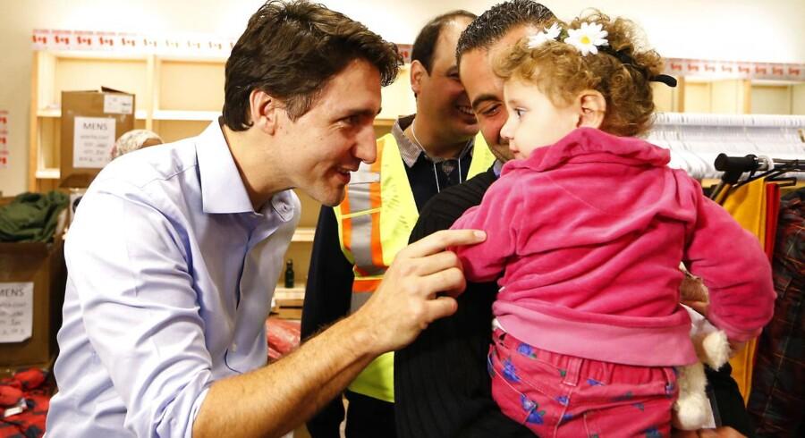 På billedet: Canadas premierminister Justin Trudeau (tv.) tager imod flygtninge fra Beirut i Toronto Pearson International Airport i Mississauga, Ontario, Canada. Billedet her er fra 11. december 2015.
