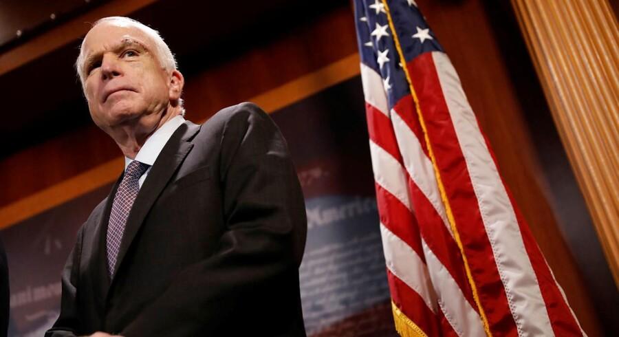 Senatorerne John McCain, Lisa Murkowski og Susan Collins stemte nej til en såkaldt mager tilbagetrækning.