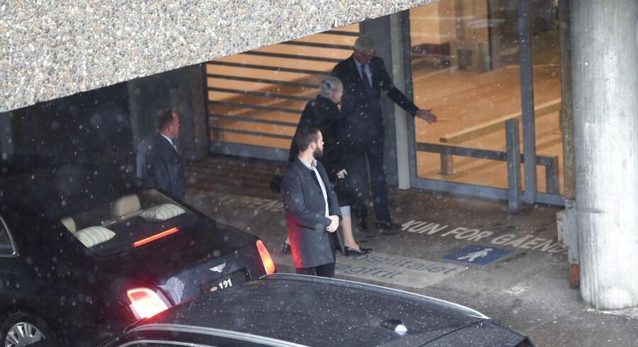 Prins Henrik, der er indlagt på Rigshospitalet i København, har søndag eftermiddag fået besøg af dronningen.