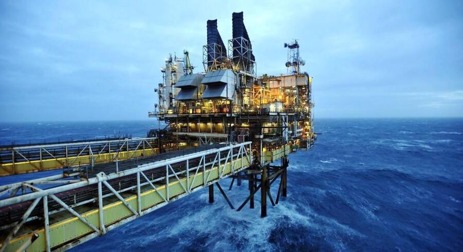 Der er prisfald på olie, mens ædelmetallerne stiger i pris torsdag morgen.