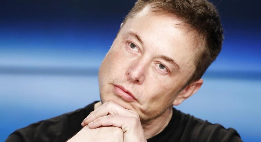 Topchef i Tesla Elon Musk har et problem. Pengene strømmer ud af kassen i en fart, som end ikke hans potente sportsvogne kan følge med.