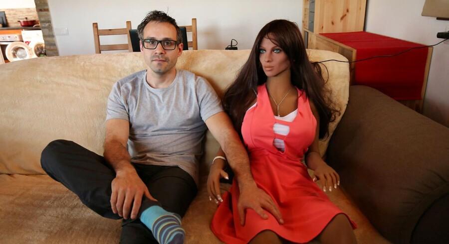 Arkivfoto: Udvikleren Sergi Santos med sexrobotten Samantha.