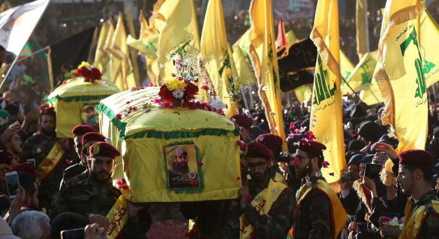 Medlemmer af Libanons Hizbollah-bevægelse deltager i en begravelse af en af Hizbollahs soldater, der faldt i krigen mod Islamisk stat i Syrien i denne måned.