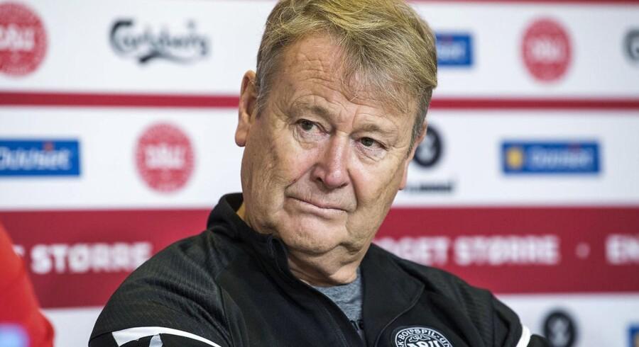 Arkivfoto. Det danske fodboldlandshold skal for alt i verden ikke spille irerne gode ved at hamre lange bolde op til angriberne, mener landstræneren.