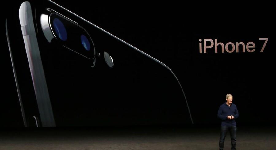 Som ventet ligner iPhone 7 forgængeren, men nu har den dobbeltkamera for at forbedre billedkvaliteten - ganske som flere af Apples konkurrenter har. Apple-topchef Tim Cook præsenterede den nye telefon onsdag aften, dansk tid. Foto: Beck Diefenbach, Reuters/Scanpix