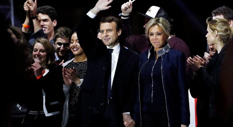Emmanuel Macron lod sig søndag aften hylde ved en symbolladet sejrsfest udenfor Louvre-slottet i selskab med sin stærkt bevægede kone, Brigitte.