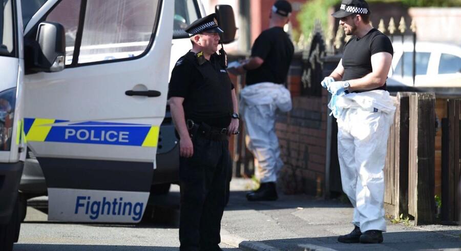 Politibetjente ved Salman Abedis bopæl på Elsmore Road i Farrowfield, Manchester.