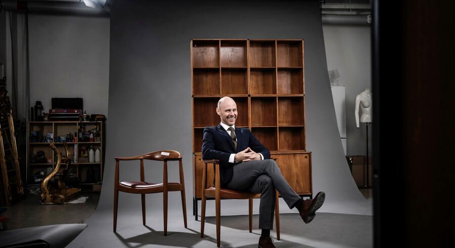 Bruun Rasmussens adm. direktør, Jakob Dupont, har sat sig på en af Wegners stole. Klassiske danske møbler er en af auktionshusets sikre sællerter. Arkivfoto