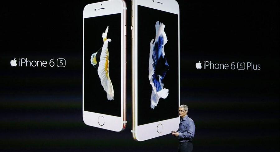 Det er snart et år siden, at Apple-topchef Tim Cook fremviste iPhone 6S og den endnu større iPhone 6S Plus. Om få uger kommer de to nye udgaver, som dog på forhånd har fået en blandet modtagelse, fordi mange ikke ser afgørende nyskabelser. Arkivfoto: Monica Davey, EPA/Scanpix